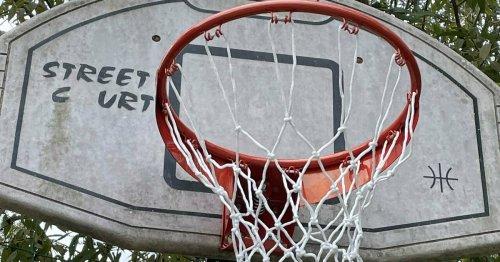 Engagement in Hückeswagen: Footballer stiften Basketballkorb
