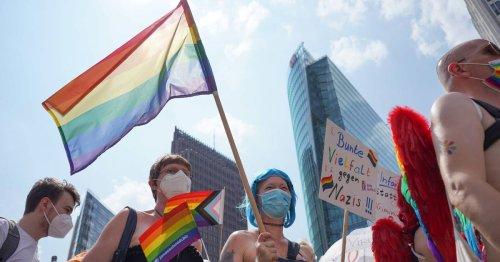 Regenbogenflagge am Rathaus: CSD am Samstag mit Demo durch die Innenstdt