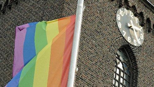 Katholische Gemeinde: Kirche in Neuss hisst die Regenbogenfahne