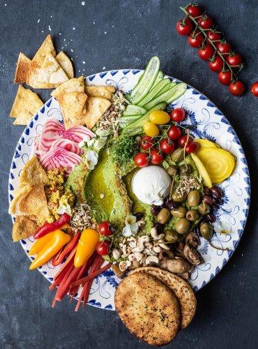 Bärlauch Hummus Platte mit Burrata und vielen Gemüse Toppings