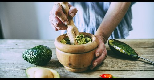 Here's the best way to keep guacamole green