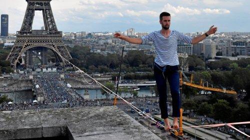 Paris: Hochseilartist balanciert vom Eiffelturm über die Seine