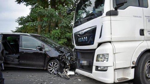 23-Jährige kracht mit ihrem Auto frontal in einen Lkw