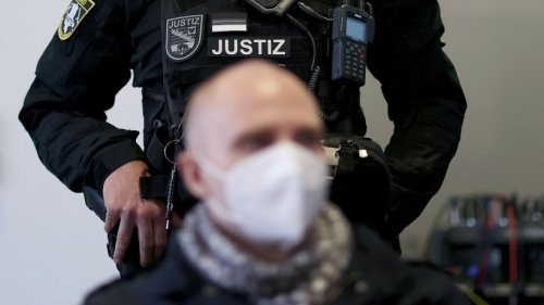 Polizistin schrieb wohl Liebesbriefe an Halle-Attentäter - suspendiert