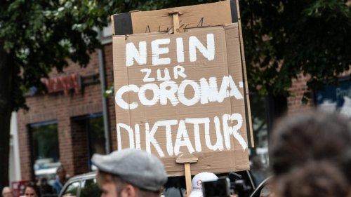 Corona: Querdenker sprechen von 3. Weltkrieg ++ RKI mit neuen Zahlen