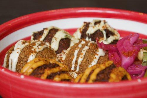 Rote-Beete-Hummus und Karotten-Falafel im Servus Habibi