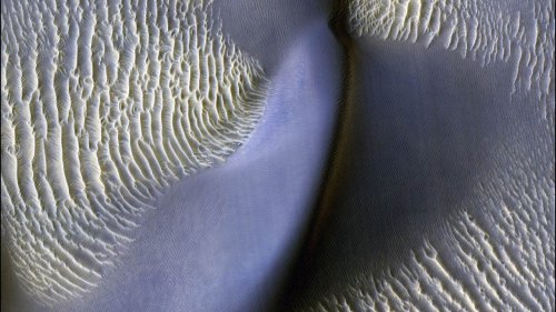 Giant waves of sand are moving on Mars