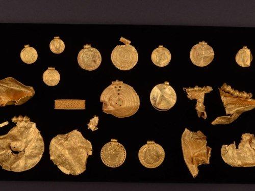 Des médaillons en or ornés d'inscriptions runiques viennent chambouler l'histoire du Danemark