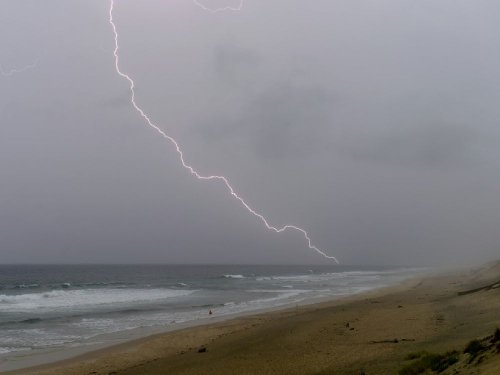 """Douze départements en alerte orange """"orages"""" ou """"vent"""", principalement dans le sud-ouest"""