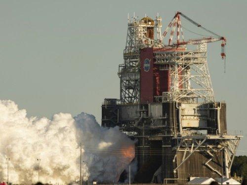 Arrêt prématuré d'un test des moteurs de la fusée géante SLS de la Nasa