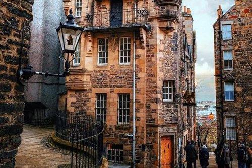 Shot of castle emerging from fog crowned best image of Edinburgh during pandemic