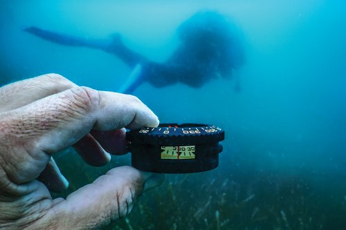 How to Navigate Underwater While Scuba Diving