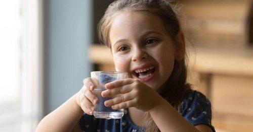 ¿Por qué es importante que beban agua los niños en verano?