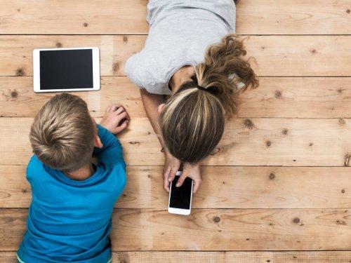 Niños enganchados a las pantallas en vacaciones: cómo evitarlo