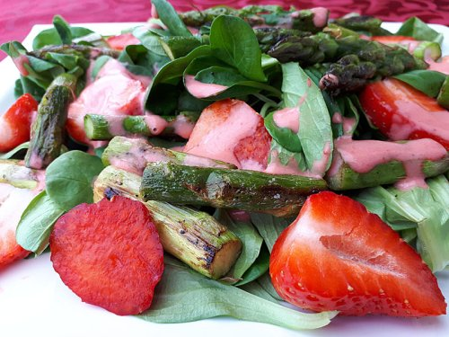 Spargelsalat mit Erdbeeren in zwei Variationen