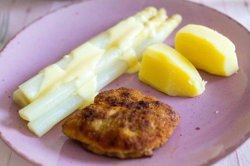 Schnitzel mit Spargel – ganz klassisch mit Kartoffeln und Hollandaise