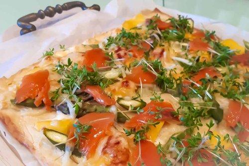 Flammkuchen mit Lachs, Spargel und Mango