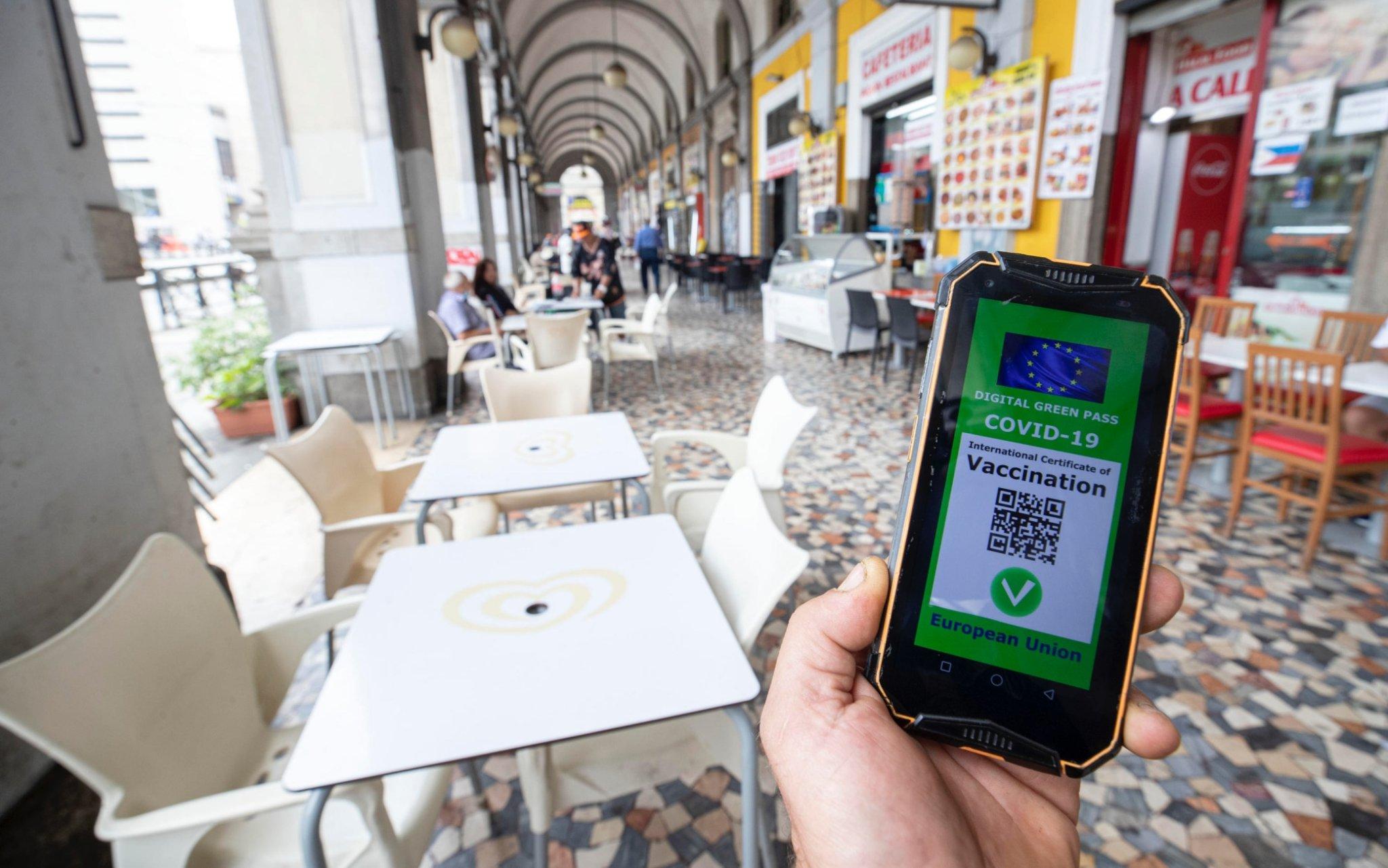 Green Pass obbligatorio in Italia: le regole del nuovo decreto Covid - cover