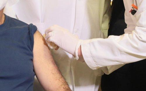 Vaccini Pfizer e Moderna, l'intervallo di tempo ottimale tra le dosi