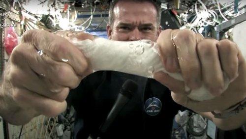 Comment se passe une éjaculation dans l'espace?