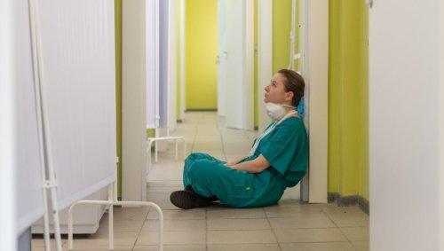 Avec la crise du Covid, les infirmières déjà à bout rendent la blouse