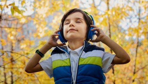 Marre du cahier de vacances? Faites écouter ces podcasts éducatifs à vos enfants