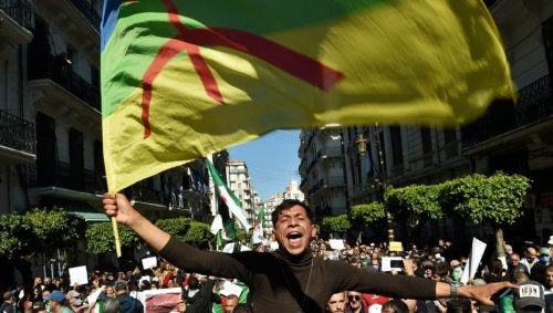 En Algérie, le drapeau berbère de la discorde