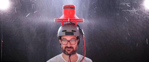 Une turbine sur la tête: ce Géo Trouvetou invente le parapluie le plus con de l'histoire