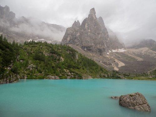 Wanderung zum Sorapis See in den Dolomiten in Italien