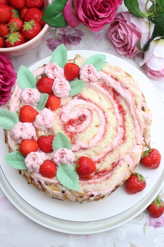 Wickeltorte mit Erdbeeren und Sykr-Mascarpone-Creme