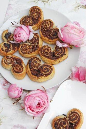 Blätterteig-Herzen mit nutella und Nüssen gefüllt