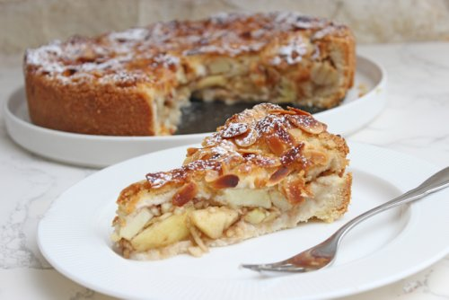 Einfacher gedeckter Apfelkuchen mit Mandelblättchen