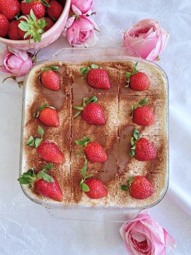 Erdbeer-Tiramisu Rezept mit Sahne-Joghurt und Skyr