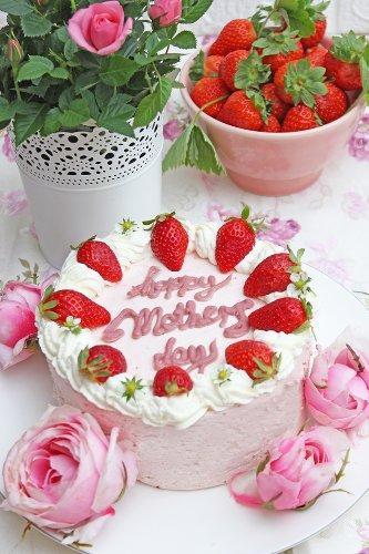 Erdbeermousse Torte zum Muttertag | Himmlisch fruchtig und cremig