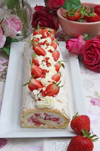 Mega leckere Erdbeer-Biskuitrolle mit Mascarpone Rezept