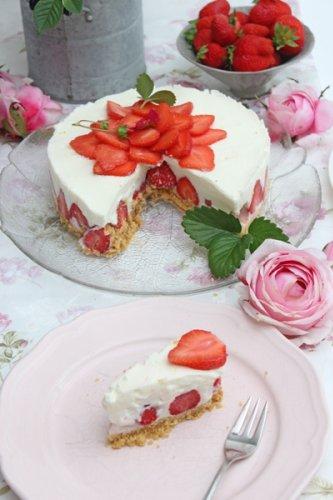 No Bake Erdbeer-Buttermilch-Holunderblüten Torte