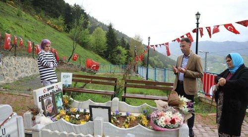 Anneler Günü çiçeklerini, şehit oğlu Eren Bülbül'ün kabrine bıraktı