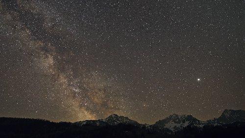 Milchstraße über den österreichischen Alpen