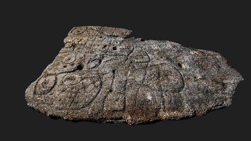 Steintafel von Saint-Bélec: Ein Bild der Bretagne