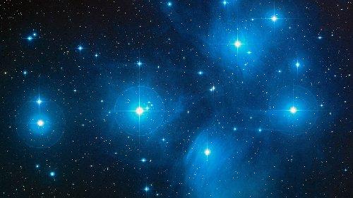 Urknall, Weltall und das Leben: Sternhaufen Plejaden am Nachthimmel