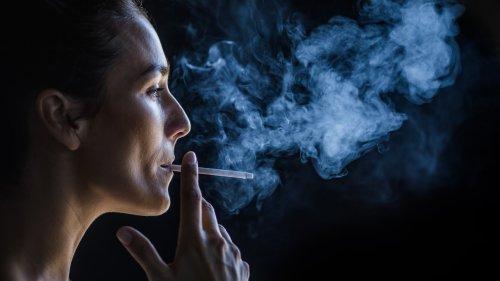 Rauchen: Zigarettenqualm schädigt das Auge