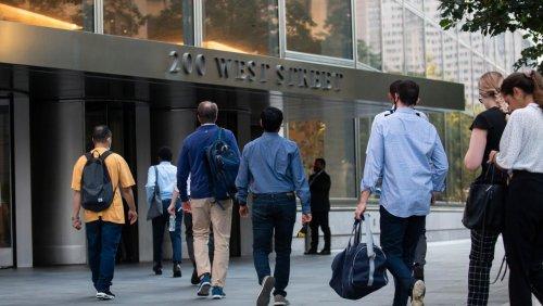 Nach Berichten über hohe Arbeitsbelastung: Goldman Sachs erhöht Einstiegsgehalt für Investmentbanker auf 110.000 Dollar