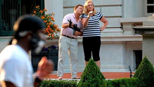 Geldstrafen aufgehoben: US-Gouverneur begnadigt Ehepaar, das Schusswaffen auf Protestteilnehmer richtete