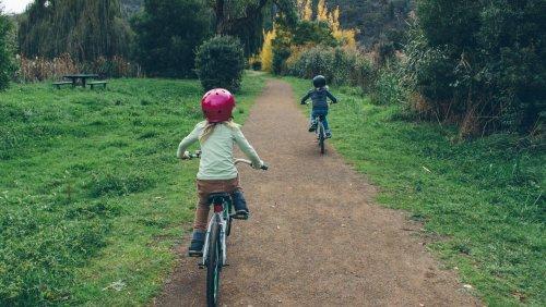 Kinnriemen, Belüftung, Sicherheit: Worauf Eltern bei Fahrradhelmen für Kinder achten sollten