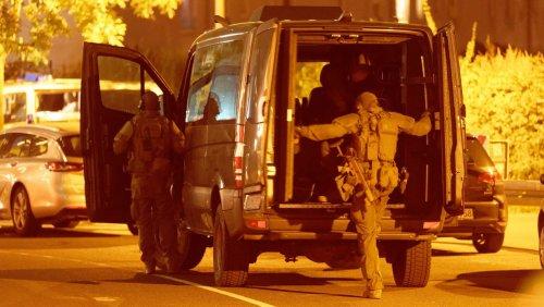 SEK-Großeinsatz in Düsseldorf: Polizei findet bei Hotel-Durchsuchung Waffe und verdächtigen Koffer