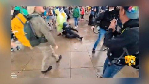 Augenzeuge bei Querdenker-Demo in Berlin: Journalist beschützt Polizisten
