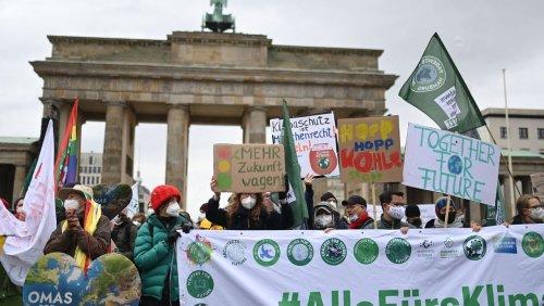 Proteste von Fridays for Future: Klimaschützer blockieren Zentralen der Ampelparteien