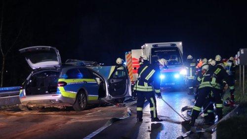 Fünf Verletzte: Polizeiwagen stößt frontal mit Auto zusammen