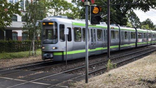 Hannover: Vater wechselt im Auto Windeln – Straßenbahn kracht in offene Tür