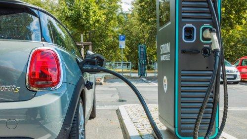 Frust an der Schnellladesäule: So langsam fließt der Strom für Elektroautos wirklich